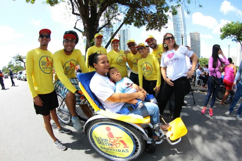 Projeto 'Bike sem Barreiras' ajuda pessoas com deficiência  (Foto: Marlon Costa/ Pernambuco Press)