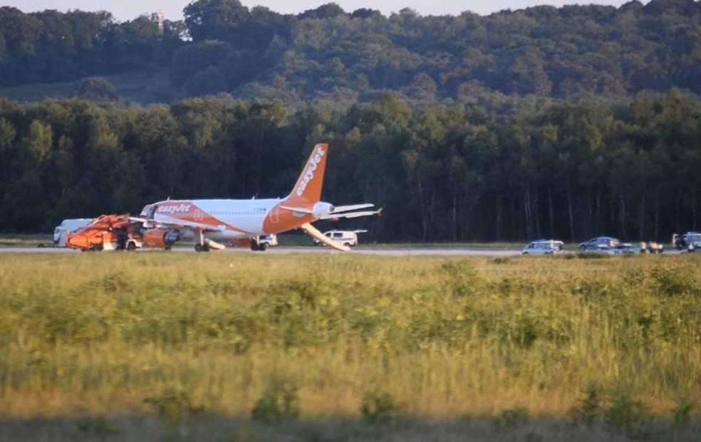 Avião da Easyjet fez um pouso de emergência no aeroporto de Colônia, na Alemanha, na noite de sábado. Não foram encontrados explosivos na aeronave  (Foto: Thomas Kraus/DPA via AP)
