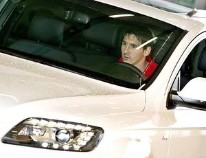 Messi com o carro da Audi (Foto: EFE)