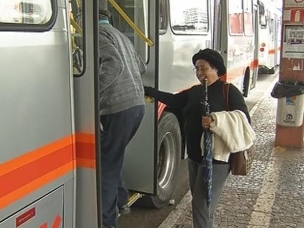Idosos têm entrado pelas outras portas do veículo (Foto: Reprodução TV TEM)