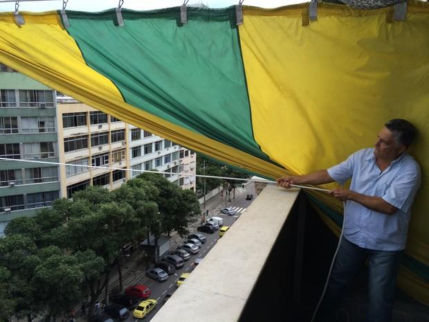 Válter Costa é o responsável por armar a bandeira do Alzirão de 4 em 4 anos (Foto: Gabriel Barreira/G1)