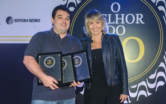 Rafa Costa e Silva, chef do Lasai, recebe os troféus de Maria Helena Quiarato, diretora executiva da Fecomércio (Foto: Felipe O'Neill/Época)