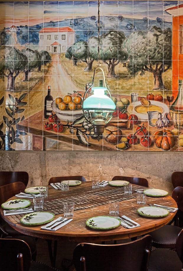 Cena e cenário no Nino: painel de azulejos de Guido Totoli, nascido na Costa Amalfitana, há 50 anos em São Paulo. As louças sobre a mesa também são assinadas por Guido (Foto: Lufe Gomes / Editora Globo)