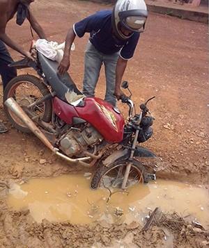 O motociclista foi surpreendido com o tamanho do buraco em Sandolândia (Foto: VC no G1/Internauta)