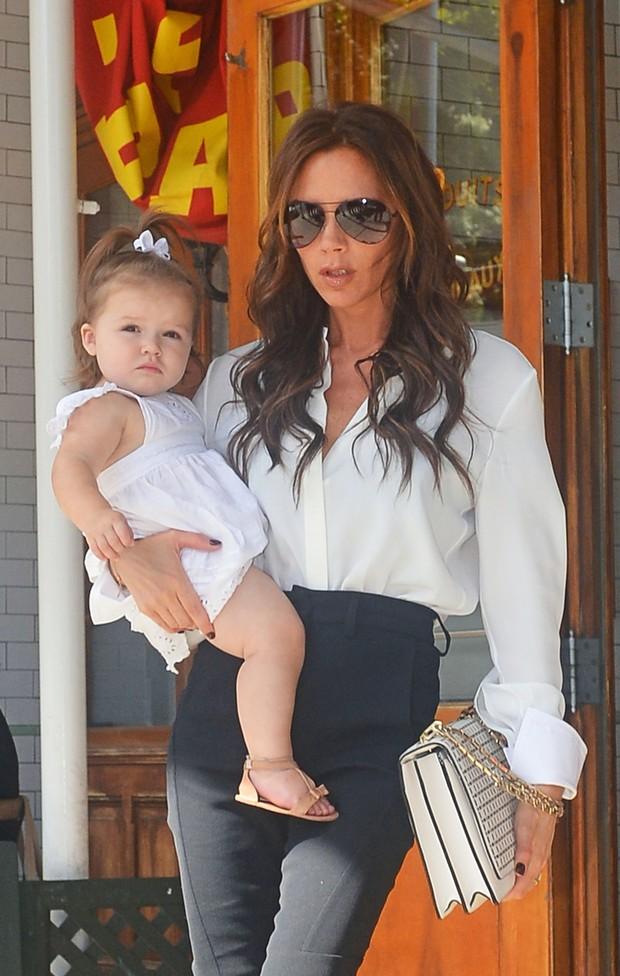 Victoria Beckham passeia com a filha Harper em Nova York (Foto: Honopix)