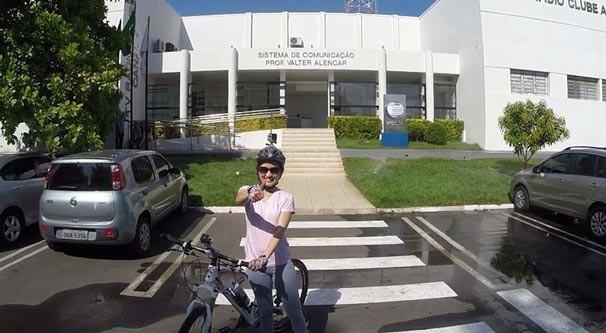 Apresentadores usam bicicleta como meio de transporte para ir ao trabalho (Foto: Rede Clube)