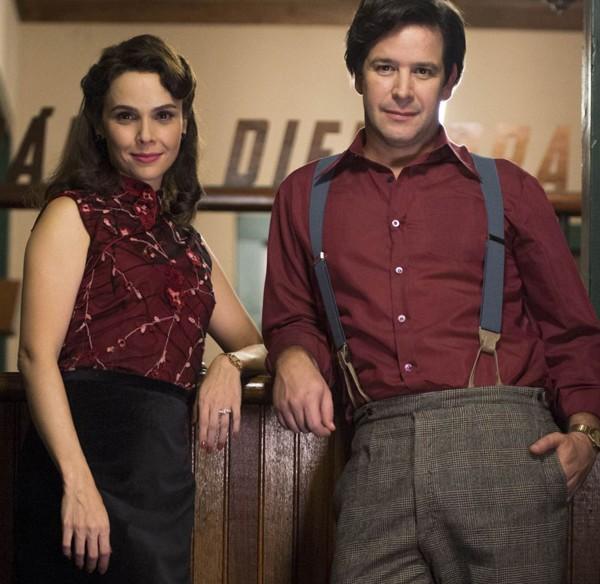 Débora e Murilo caracterizados para a série Nada será como antes, da Globo (Foto: Reprodução/ TV Globo)