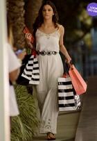Look do dia: Bruna Marquezine usa vestido longo e rasteirinha