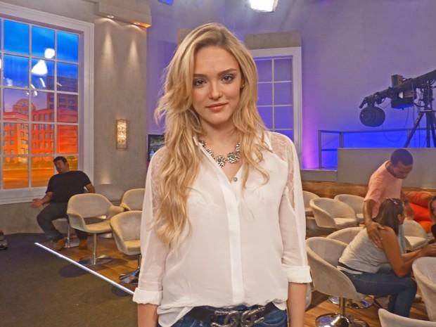 Isabelle Drummond está satisfeita com o visual loiro (Foto: Encontro com Fátima Bernardes / TV Globo)