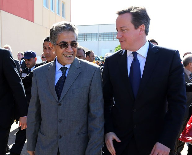 O ministro do Interior da Líbia, Ashour Shuail, recebe o premiê britânico, David Cameron, em visita a Tripoli nesta quinta-feira (31) (Foto: Mahmu Turkia/AFP)