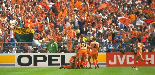4dfaa51447 História dos uniformes  Holanda 1988 - quando o time faz a camisa ...