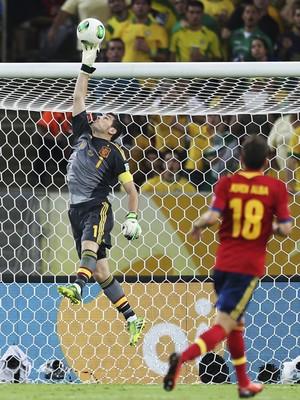 O goleiro da Seleção da Espanha, Iker Casillas, defende um chute ao gol (Foto: AP Photo/Andre Penner)