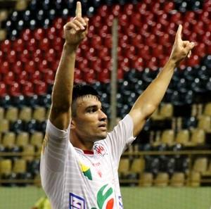 Kinho, volante do Rio Branco, comemora gol (Foto: João Paulo Maia)