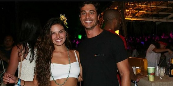 Isis com o namorado, o modelo André (Foto: Ag News)
