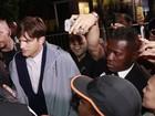 Vídeo: Ashton Kutcher leva susto com fãs de Rihanna em porta de hotel