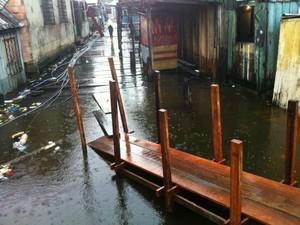 Água da cheia dos rios invadiu ponte no Beco São José, na Glória (Foto: Camila Henriques/G1 AM)