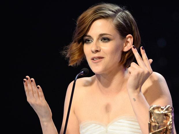 Kristen Stewart recebe o prêmio de melhor atriz coadjuvante no César (Foto: AFP)