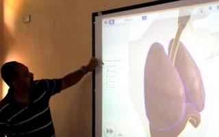 Professor expõe conteúdo em projeção, cujo conteúdo é visto pelos alunos na tela dos tablets (Foto: Divulgação/EvoBooks)