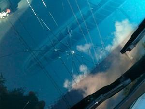 Carro da Polícia Militar teve para-brisa quebrado durante confronto com grupo de manifestantes em frente à Câmara Municipal de Natal (Foto: Leonardo Melo/G1)