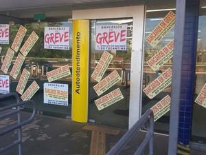 Agências bancárias amanheceram fechadas nesta terça-feira (6) (Foto: Patrício Reis/G1)