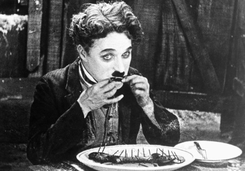 Após o pai morrer e a mãe ter um colapso nervoso, o mito Charlie Chaplin (1889-1977) foi viver pelas ruas de Londres. (Foto: Domínio Público)