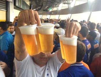 Torcedores podem comprar cerveja no anel do Mineirão (Foto: Maurício Paulucci)