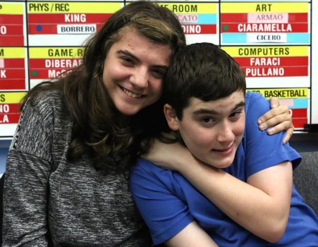 Foto tirada em 5 de novembro mostra Jessica Pellegrino e Brandon Williams: garoto autista ajudou amiga ao executar manobra de Heimlich quando ela se engasgava  (Foto: Anthony DePrimo/The Advance via AP)