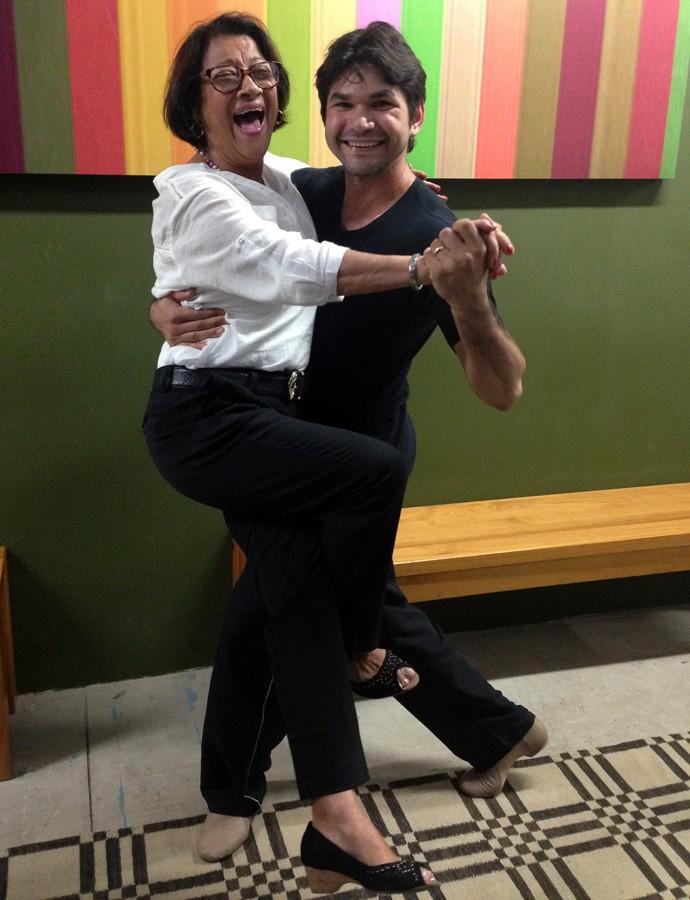 Dona Neusa se joga na dança com Marcelo Grangeiro (Foto: Gshow)