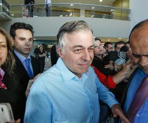 Paulo Roberto Costa ao deixar a prisão dia 19 de maio (Foto: Agência Gazeta do Povo)
