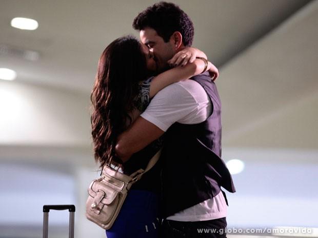 Casal se despede com beijo apaixonado (Foto: Pedro Curi/ TV Globo)