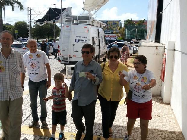 Professor Robério Paulino (PSOL) chega para votar na UnP da Avenida Engenheiro Roberto Freire, em Natal (Foto: Ediana Miralha/Inter TV Cabugi)