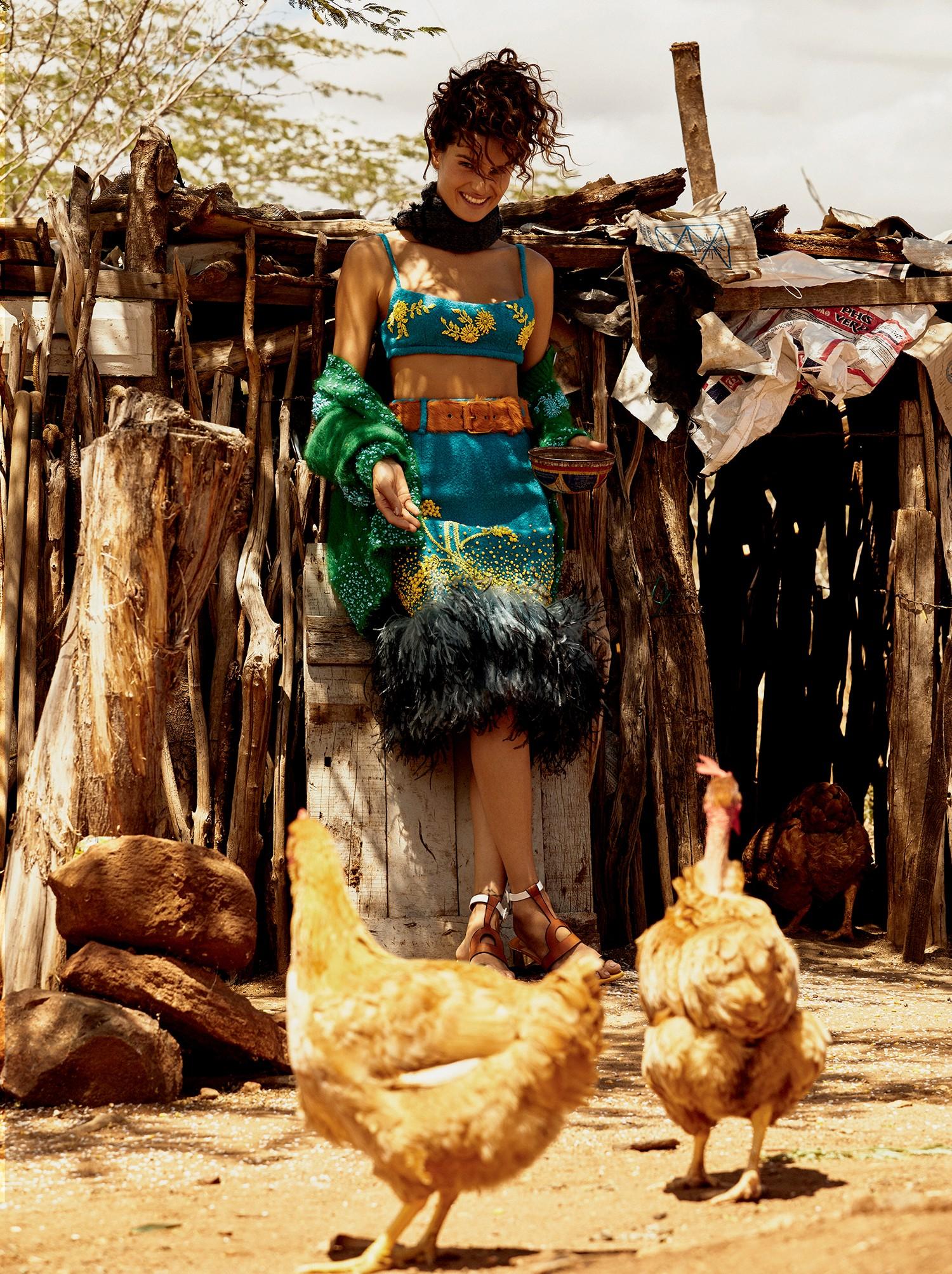 Top, suéter, saia, cachecol e cinto, R$ 2.790, tudo Prada no Iguatemi São Paulo. Sandálias, R$ 3.320, Christian Louboutin no Iguatemi São Paulo  (Foto: Rafael Pavarotti)