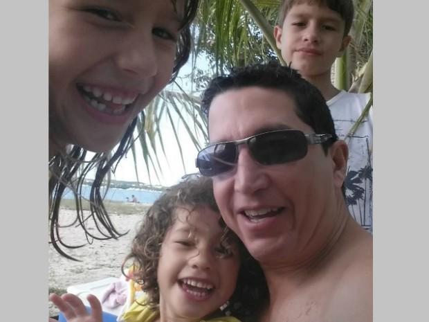 Erick Ramires com as crianças 620 (Foto: Reprodução/Facebook)