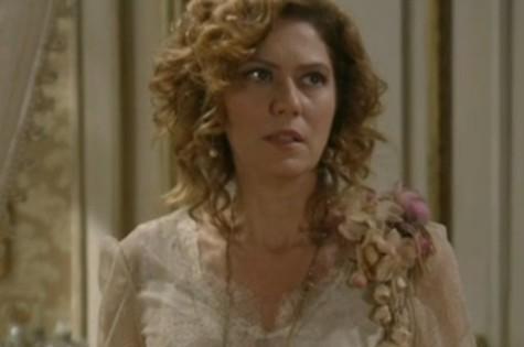 Constância (Patrícia Pillar) fará Laura (Marjorie Estiano) perder emprego (Foto: Reprodução)