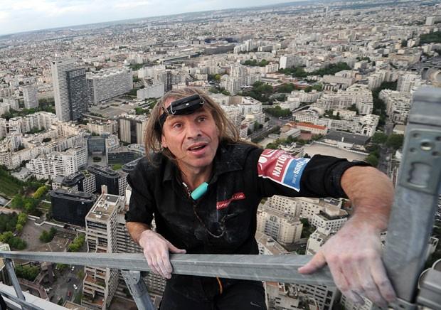 Robert escalou até o topo dos 231 metros da Tour First, que fica no distrito de La Defense em Courbevoie, perto de Paris. (Foto: Franck Fife/AFP)