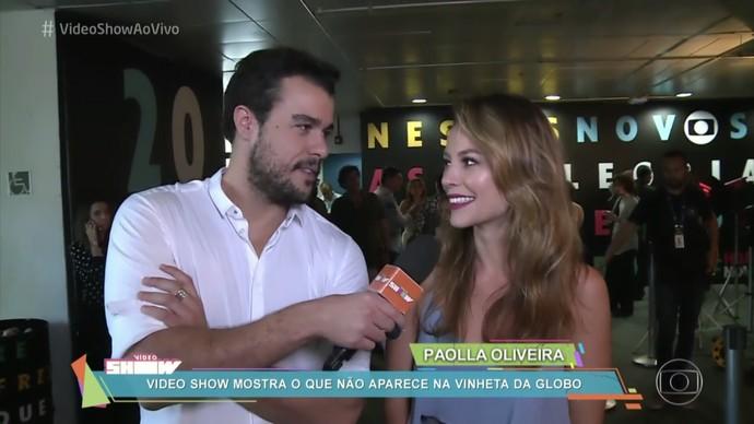Joaquim Lopes entrevista Paolla Oliveira nos bastidores da mensagem de fim de ano da Globo (Foto: TV Globo)