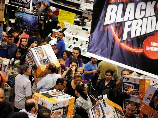 Clientes aproveitam as promoções da Black Friday no Extra, unidade da Ricardo Jafet em São Paulo. (Foto: REUTERS/Nacho Doce)
