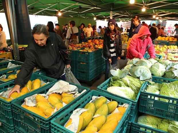Feira tem preço único para frutas e verduras - R$ 1,79 o quilo  (Foto: Cesar Brustolin/SMCS )