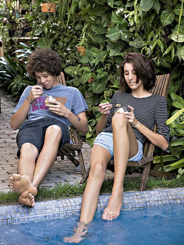 Os primos João e Laura: quem disse que adolescente não curte programa família? (Foto: Cacá Bratke/Editora Globo)