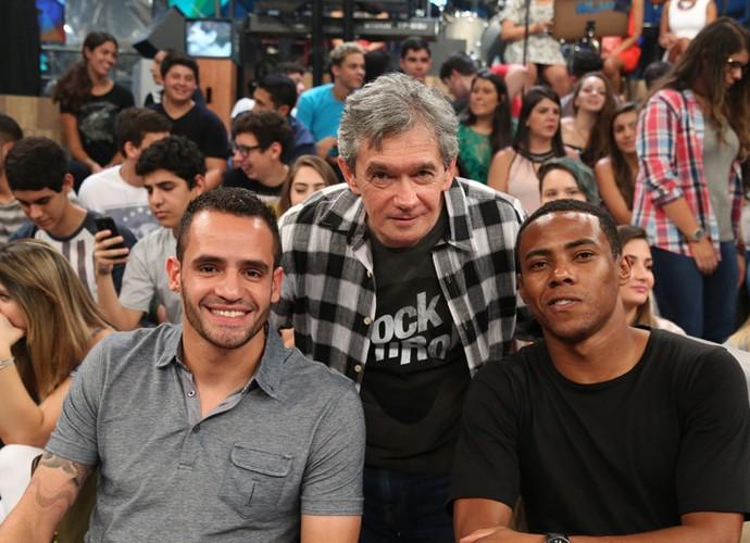 Serginho Groisman tira foto com os jogadores Renato Augusto e Elias (Foto: Carol Caminha/Gshow)