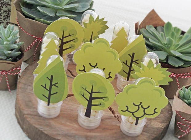 Tags de árvores foram colocadas nos potinhos com confeitos de chocolate branco em meio as suculentas usadas na decoração (Foto: Arquivo Pessoal)