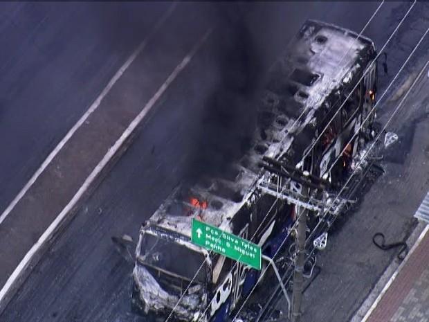 Ônibus foi incendiado na Avenida Marechal Tito em protesto de moradores por causa dos alagamentos. (Foto: Reprodução/TV Globo)