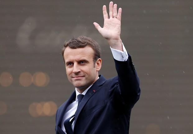 Emmanuel Macron acena após tomar posse como novo presidente na França em cerimônia no Champs Elysees  (Foto: François Lenoir/Reuters)