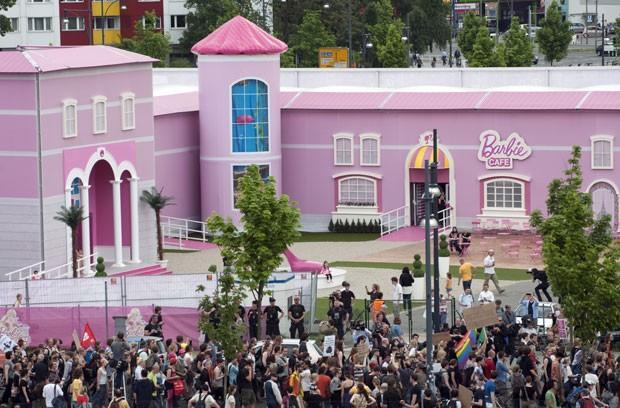 Protestos na inauguração da Casa dos Sonhos da Barbie, em Berlim (Foto: Barbara Sax/AFP)