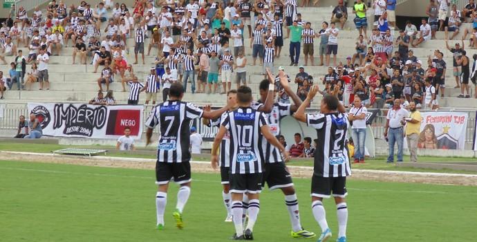 Toty comemora gol junto com o restante do time (Foto: Divulgação / Botafogo-PB)