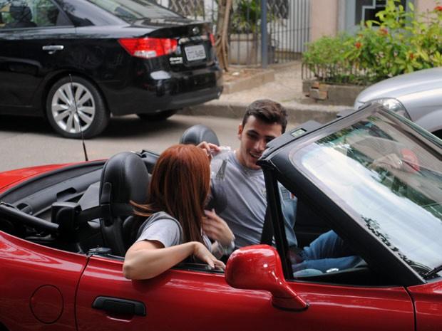 Os dois se juntam para tocar o terror pela rua (Foto: Malhação / Tv Globo)