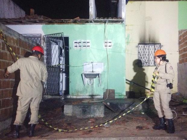 Bombeiros estiveram no local, mas o incêndio já tinha sido controlado pelos vizinhos das vítimas (Foto: Walter Paparazzo/G1)