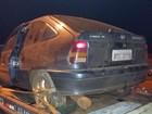 Em fuga, motorista e filho de 14 anos batem carro com maconha em poste