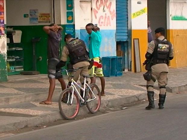 Polícia ocupa bairro para base comunitária em Feira de Santana (Foto: Imagem/ TV Subaé)