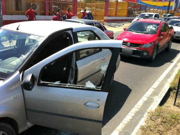 Durante discussão, veículos também foram danificados por condutores (Foto: Adneison Severiano/G1 AM)